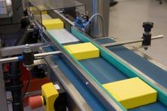 Gelb packt Produktion ein Lizenzfreie Stockfotografie