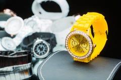 Gelb passt die Frauen auf, verglichen mit anderen Stunden Stockbild