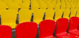 Gelb-rote Haupttribüne Stockbild