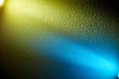 Gelb und Blaulicht von Laternen teilen den Hintergrund in zwei Teile unter lizenzfreie stockfotografie