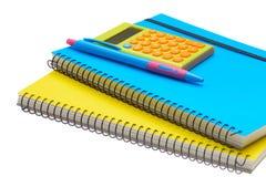Gelb- und Blue Noten-Buchtaschenrechner und -stift lizenzfreie stockbilder