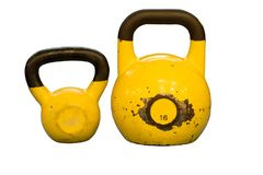 Gelb verwendet und alte kettlebells lokalisiert auf weißem Hintergrund Trainingsausrüstung Lizenzfreie Stockbilder