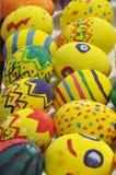Gelb verzierte Ostereier Stockfotos