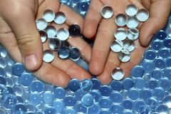 Gelballen in handen Polymeergel Kiezelzuurgel Ballen van blauw hydrogel Kristal vloeibare bal met bezinning De achtergrond van de royalty-vrije stock afbeelding