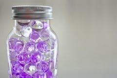 Gelballfles met purpere en duidelijke kleur Stock Foto's