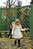 Gelbblätter des kleinen Mädchens und des Herbstes Stockfoto