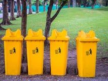Gelbe Abfalleimer im Park Lizenzfreies Stockfoto