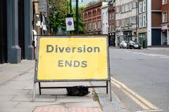 Gelbe Ablenkung beendet Verkehrsschild in einer BRITISCHEN Stadtstraße lizenzfreie stockbilder