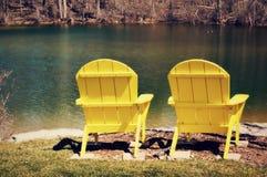 Gelbe Adirondack-Stühle Stockbild