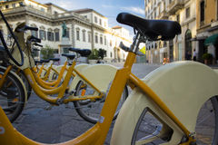 Gelbe allgemeine städtische Fahrräder in Mailand-Stadt für Miete Lizenzfreie Stockfotografie