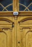 Gelbe alte Tür mit Nr. 13 Stockfoto