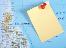 Gelbe Anmerkung und roter Stift von der Karte lizenzfreies stockbild