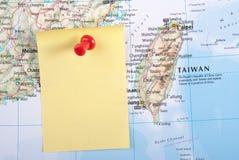Gelbe Anmerkung und roter Stift von der Karte lizenzfreie stockfotografie