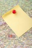 Gelbe Anmerkung und roter Stift von der Karte lizenzfreie stockfotos