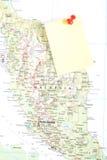 Gelbe Anmerkung und roter Stift von der Karte stockbilder