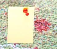 Gelbe Anmerkung und roter Stift von der Karte lizenzfreies stockfoto