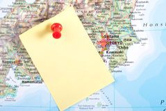 Gelbe Anmerkung und roter Stift von der Karte lizenzfreie stockbilder