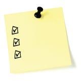 Gelbe Aufklebercheckliste, schwarze Auswahlkästchen und Zeckenkennzeichen, der lokalisierte Reißzweckedruckbolzen, leere Haftnoti Lizenzfreies Stockfoto