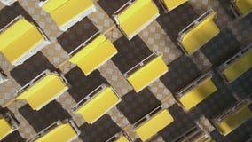 Gelbe Bänke in den sunlights stock footage