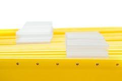 Gelbe Bürofaltblätter mit leeren Namensmarken Stockbild