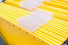 Gelbe Bürofaltblätter mit leeren Namensmarken Lizenzfreie Stockfotos