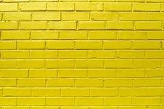 Gelbe Backsteinmauer Stockfotos