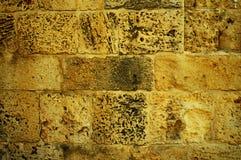 Gelbe Backsteinmauer des Schmutzes Stockfotografie