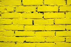 Gelbe Backsteinmauer für Hintergrund und Beschaffenheit lizenzfreies stockfoto