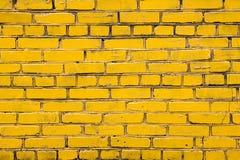 Gelbe Backsteinmauer mit dunklen Gelenken stockbilder