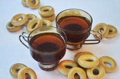 Gelbe Bagel und Schalen schwarzer Tee Lizenzfreie Stockfotografie
