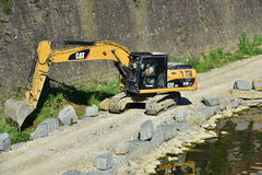 Gelbe Baggermaschinenarbeiten nahe der Arno-Flussufern, in Florenz Stockfoto