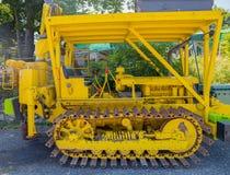 Gelbe Bahn für die Schneesteigungen geparkt stockbild