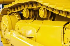 Gelbe Bahnen des Traktors oder der Planierraupe Stockfoto