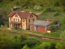 gelbe Bahnstation der Weinlese Stockfotos