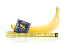 Gelbe Banane mit Kondom und messendem Band lizenzfreie stockfotos