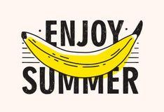 Gelbe Banane und genießen das Sommerbeschriften handgeschrieben mit modernem kalligraphischem Guss Helle farbige tropische Frucht lizenzfreie abbildung