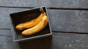 Gelbe Bananen auf einem Holztisch stock video