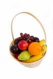 Gelbe Bananen, rote Rebe, grüne Birnen, reifer Apfel, Leuchtorange in einem trug Stockbild