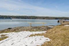 Gelbe Bank durch See im Winter Lizenzfreie Stockfotos