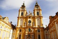 Gelbe barocke Kirche der Melk-Abtei in Österreich Stockbilder