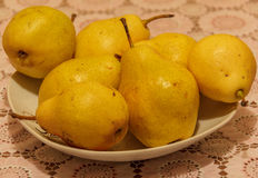 Gelbe Birne auf einer Platte Stockbilder