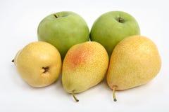 Gelbe Birne und grüner Apfel Stockbild