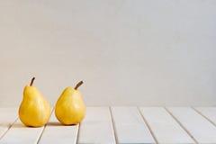 Gelbe Birnen auf der weißen Tabelle Stockfotografie