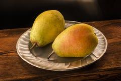 Gelbe Birnen auf einer silbernen Platte Lizenzfreie Stockfotografie