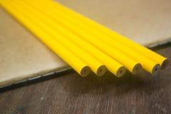 Gelbe Bleistifte auf Notizbuch Lizenzfreies Stockfoto