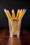 Gelbe Bleistifte im Halter auf Schreibtisch Stockbilder