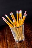 Gelbe Bleistifte im Halter auf Schreibtisch Lizenzfreies Stockfoto