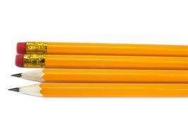 Gelbe Bleistifte mit Radiergummi auf dem weißen Hintergrund, Stockbild