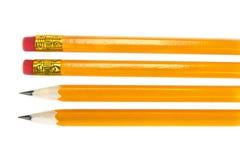 Gelbe Bleistifte mit Radiergummi auf dem weißen Hintergrund, Lizenzfreie Stockfotografie