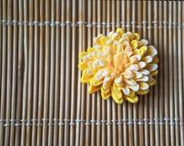 Gelbe Blume-förmige handgemachte Seife stockbilder
